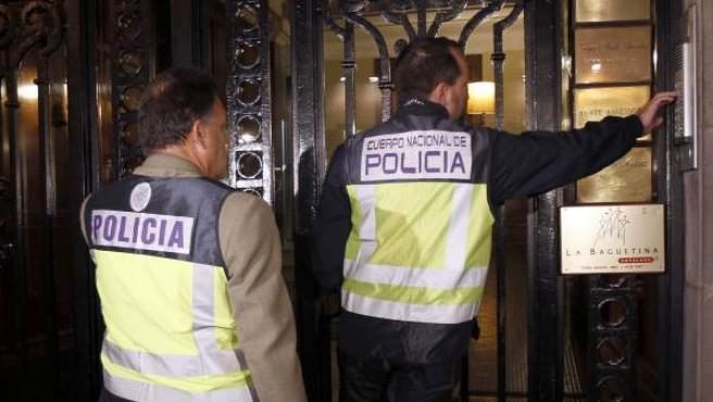 Imagen de archivo de miembros de la Policía Judicial durante el registro del Instituto Nóos en Barcelona.