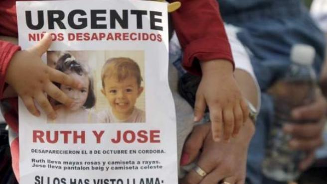 Imagen de Ruth y José en uno de los carteles que se han distribuido para ayudar a localizarlos.