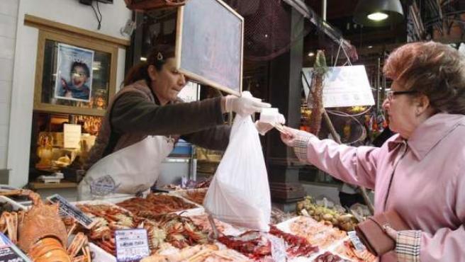 Persona comprando pescado, precios