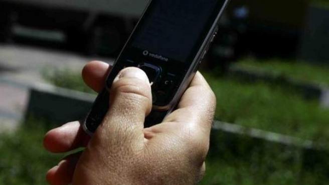 Una persona utiliza su teléfono móvil.