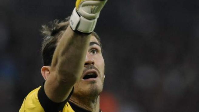 El portero y capitán de la selección española, Iker Casillas, atrapa un balón durante el encuentro amistoso entre Inglaterra y España, que han vencido los ingleses por 1 - 0.