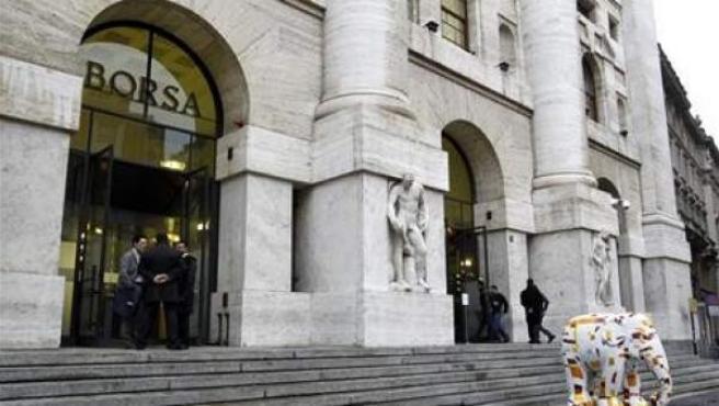 Un grupo de personas en la Bolsa de Milán.