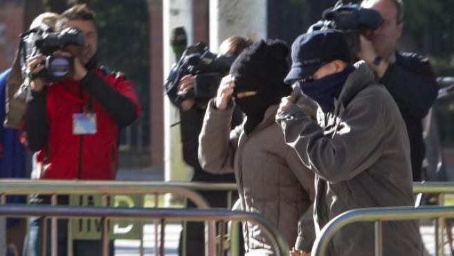 Dos testigos llegan camuflados con gorros y pasamontañas a la Audiencia Provincial de Sevilla, donde se celebra el juicio por la muerte y desaparición de Marta del Castillo.