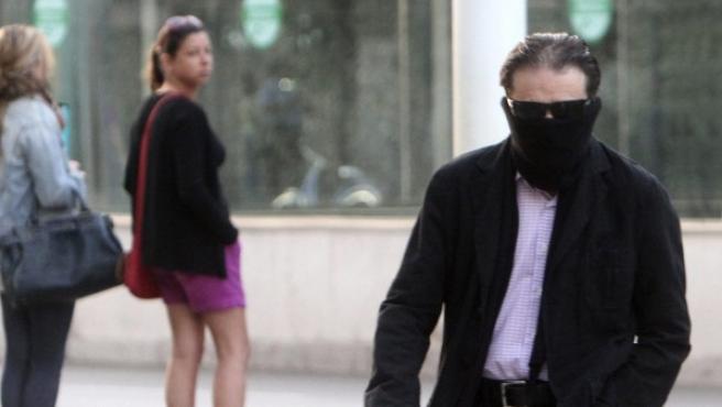 Francisco Javier Delgado, hermano de Miguel Carcaño, llega a la Audiencia Provincial de Sevilla a para asistir a la tercera jornada del juicio por la violación y muerte de la joven Marta del Castillo.