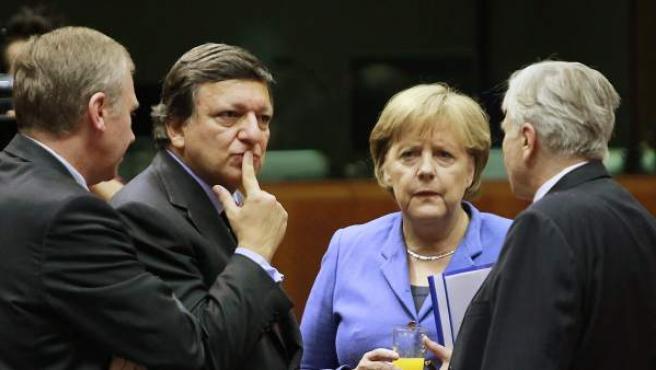 La canciller alemana, Angela Merkel, conversa con el Presidente de la Comisión Europea, Jose Manuel Barroso, en presencia del primer ministro saliente de Bélgica, Yves Leterme, y el Presidente del Banco Central Europeo, Jean-Claude Trichet.