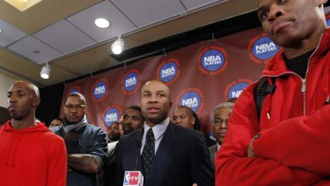 Derek Fisher, acompañado por varios jugadores de la NBA en una rueda de prensa.