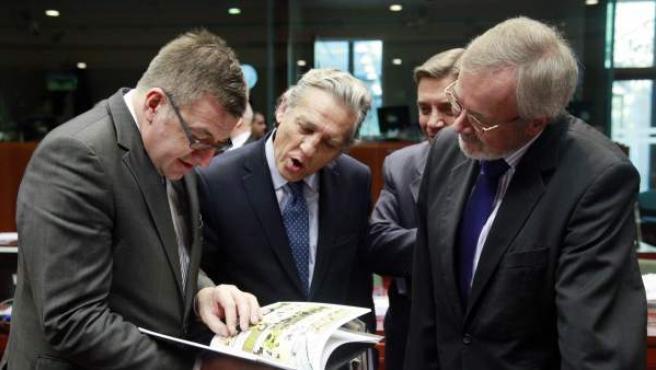 De izquierda a derecha, el ministro belga de Exteriores, Steven Vanackere, el secretario de Estado español para la Unión Europea, Diego López Garrido, y el secretario de Estado alemán Jorg Hennerkes.