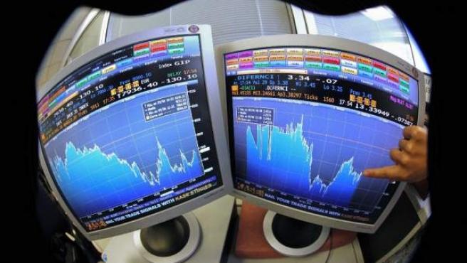 Dos pantallas muestran la evolución de la Bolsa española, en una imagen de archivo.