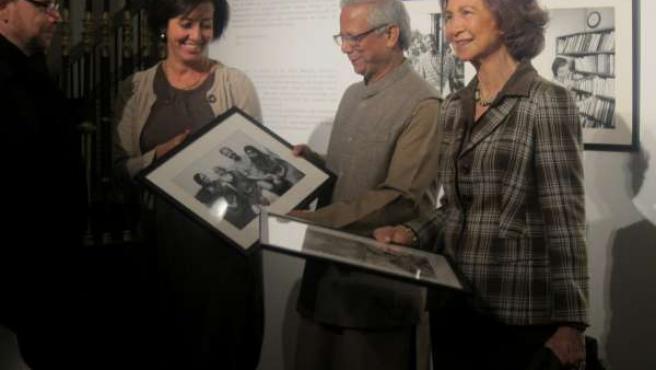 Yunus Y Doña Sofía Reciben Sendas Fotografías De Daniel Mordzinski