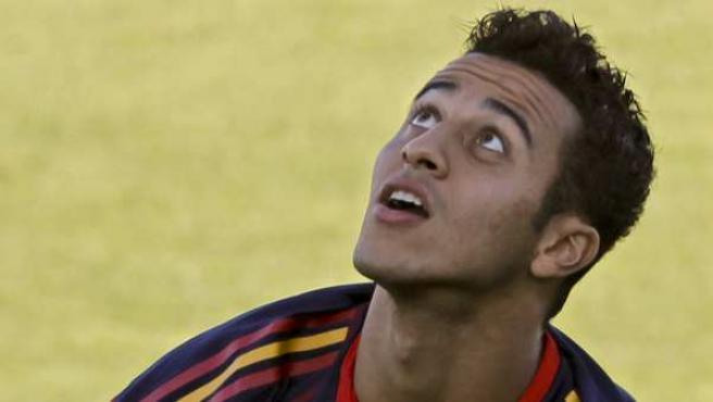 El centrocampista de la selección española Thiago Alcántara intenta controlar un balón.