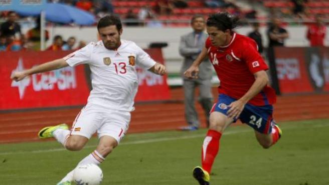 El jugador de la selección española Juan Mata (i) disputa el balón con Bryan Oviedo (d) de Costa Rica.