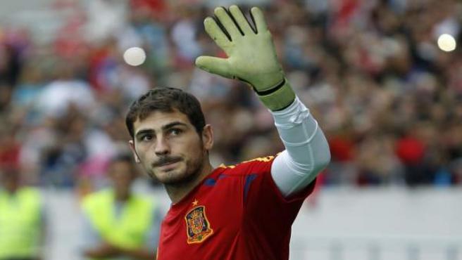 Iker Casillas saluda al público en Costa Rica.