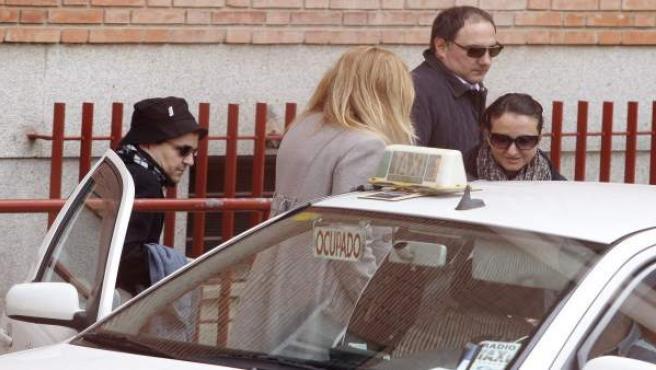 La hermana (d) del padre de los dos hermanos desaparecidos en Córdoba, José Bretón, su marido (2d) y su hermano (i), a la salida de la Audiencia Provincial de Córdoba.