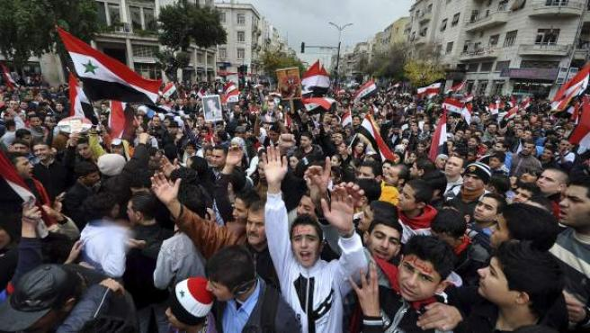 Manifestantes progubernamentales gritando eslóganes durante una protesta efectuada en Damasco.