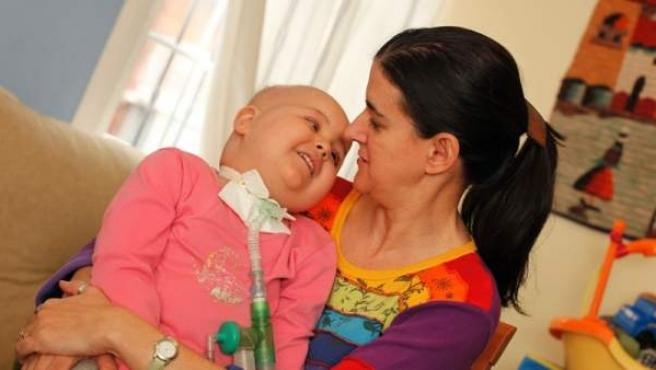 Paula, en brazos de su madre, Arancha.