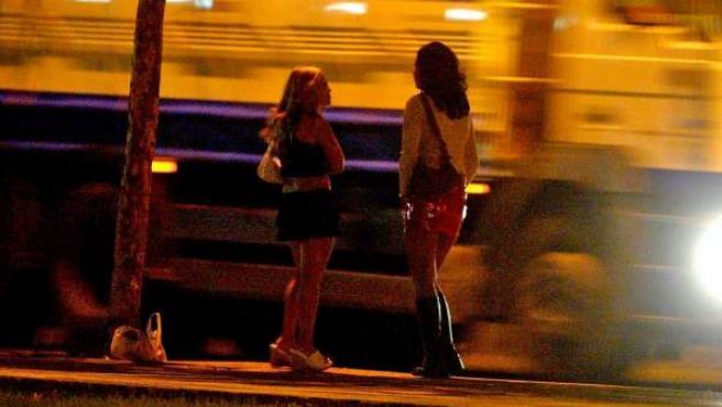 Dos prostitutas esperan clientes.