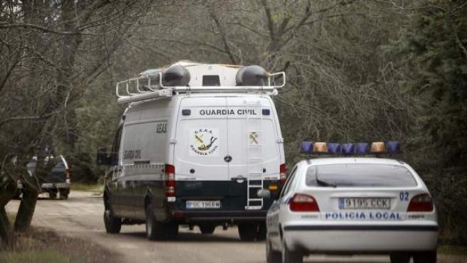 Efectivos de la Policía Local de Collado Villaba y la Guardia Civil recorren la zona de la cantera donde fue encontrado el cuerpo de la menor asesinada