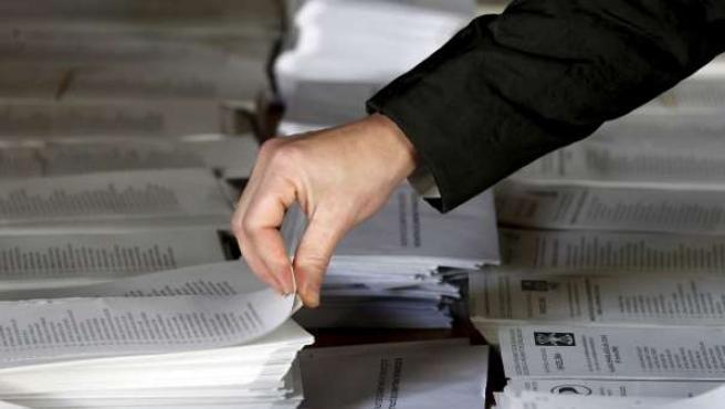 Una persona elige su papeleta en un colegio electoral.