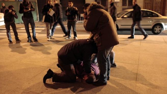 Un agente de Policía detiene a un manifestante tras las protestas contra los recortes en la educación en Madrid.