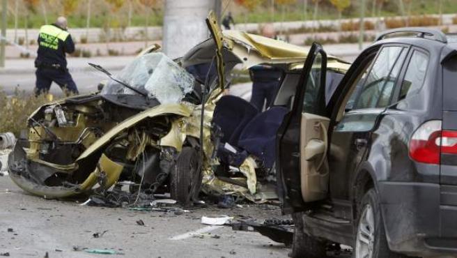 Imagen de los vehículos implicados en el accidente de tráfico que se ha producido este sábado en Madrid, en el que han muerto dos personas y otras dos han resultado heridas graves.