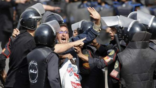 La plaza Tahrir (Egipto) ha sido testigo este sábado de violentos enfrentamientos entre policías y manifestantes que piden que la Junta Militar ceda el poder a una autoridad civil.