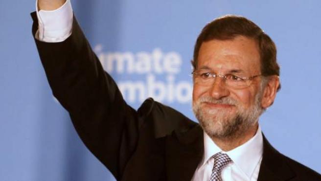 El líder del PP y próximo presidente del Gobierno, Mariano Rajoy, saluda a los seguidores del PP.