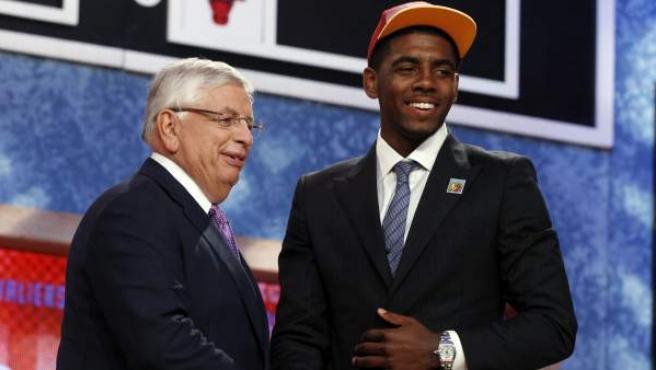 Kyrie Irving, número uno del draft 2011, estrecha la mano a David Stern, comisionado de la NBA.