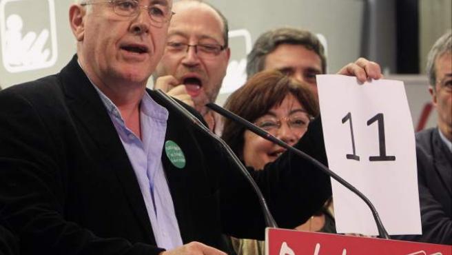 El candidato de IU al Congreso, Cayo Lara (i), muestra un cartel con los escaños conseguidos en la comparecencia que ha ofrecido este 20-N tras conocer los resultados de las elecciones generales.