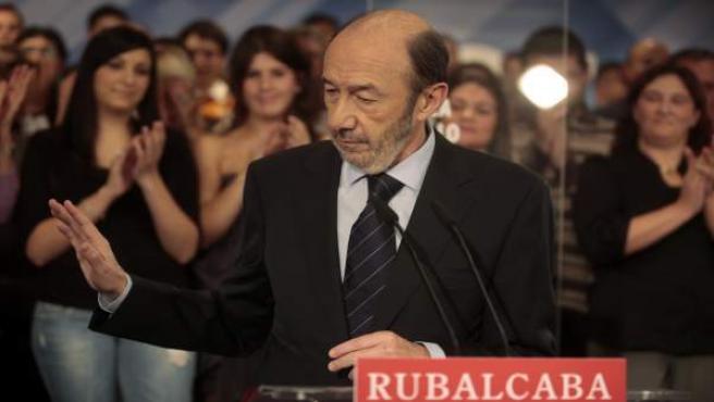 El candidato del PSOE, Alfredo Pérez Rubalcaba, en un momento de la comparecencia ofrecida en la sede de su partido en la calle Ferraz de Madrid, en la que reconoció la clara derrota frente al Partido Popular en las elecciones generales.