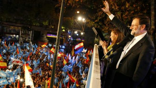 Mariano Rajoy saluda a los simpatizantes populares congregados en la calle Génova, en Madrid, tras ganar las elecciones.