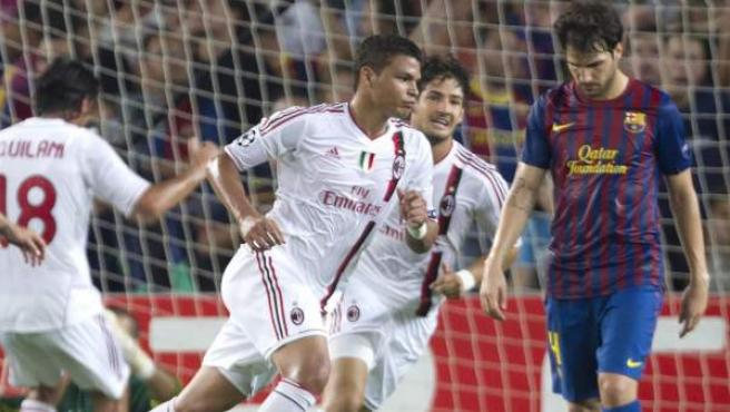Thiago Silva celebra el tanto del empate en el Barça - Milan junto a un Cesc cabizbajo.