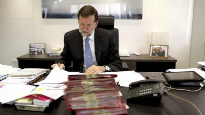 Mariano Rajoy trabajando en su despacho de la calle Génova.