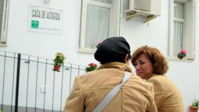 Víctima De Violencia De Género Habla Con Una Trabajadora En Una Casa De Acogida