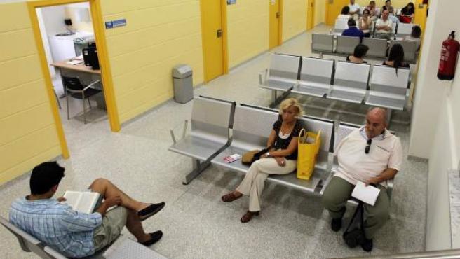 Algunos pacientes en un centro de salud.