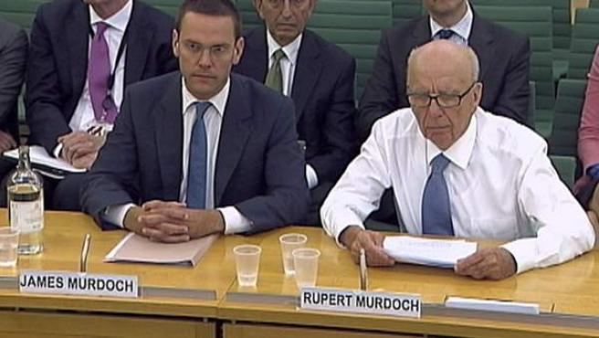 James y Rupert Murdoch, en el Parlamento británico.