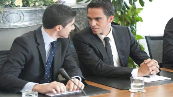 Alberto Contador conversa con su abogado Andy Ramos.