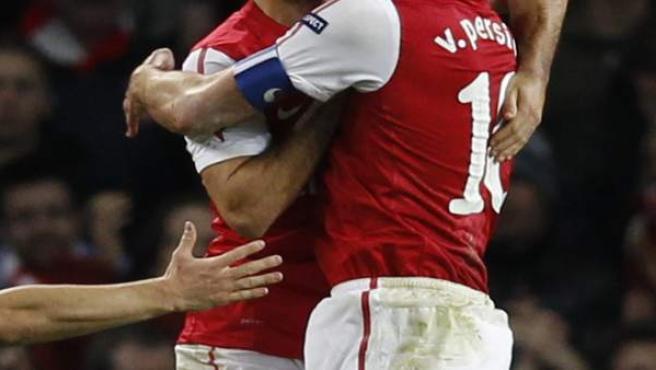 Arteta y Van Persie celebran el gol del holandés.