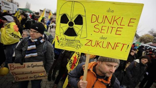 Un grupo de manifestantes contra la energía nuclear protestan en Berg, cerca de la frontera con Francia.