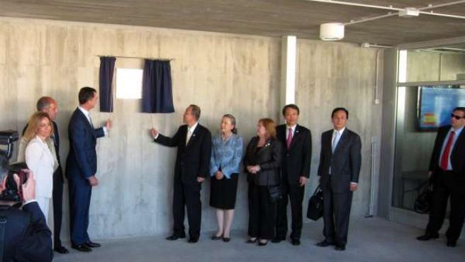 El Príncipe Felipe Y Ban Ki-Moon en la inguración de la base de la ONU en Quart