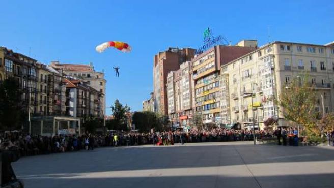 Una Paracaidísta En La Plaza Del Ayuntamiento De Santander