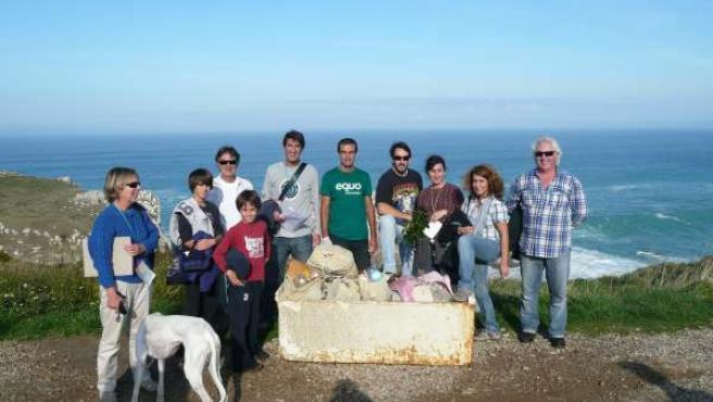 Voluntarios Del Programa 'Coastwatch' En Liencres