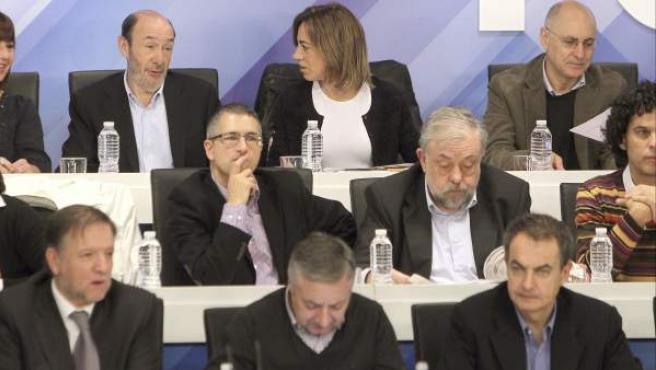 Alfredo Pérez Rubalcaba (arriba, izquierda) conversa con Carme Chacón (arriba, cemtro), durante la reunión del Comité Federal.