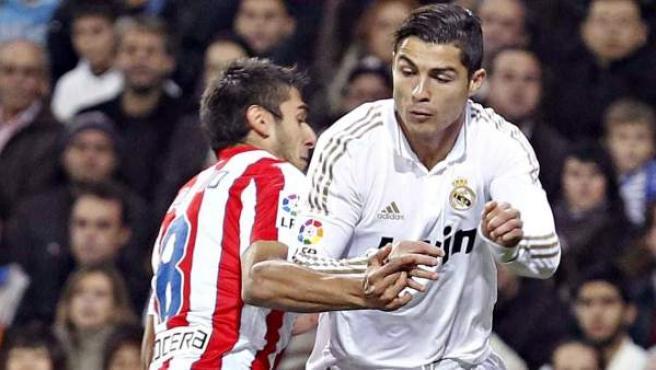 Cristiano Ronaldo y Salvio pelean por el balón durante el Real Madrid - Atlético.