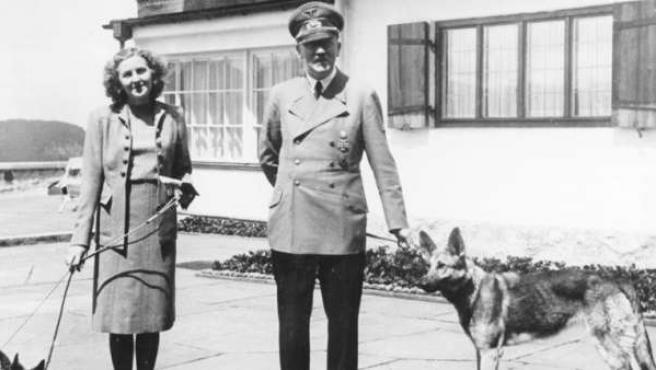 Eva Braun con Adolf Hitler y sus mascotas.