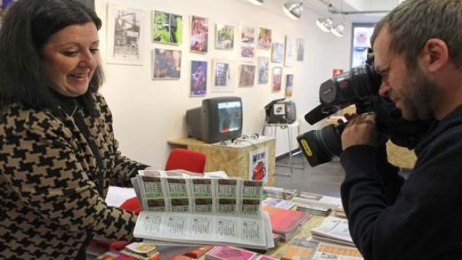 """La responsable de uno de los locales de """"Bilbao Historiko"""" muestra los 400 décimos que le ha devuelto una persona anónima."""