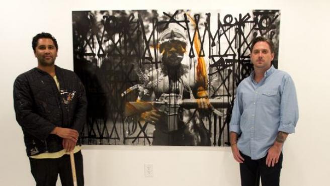 KC Ortiz y POSE ante una foto del primero sobre la cual el segundo ha dibujado un grafiti