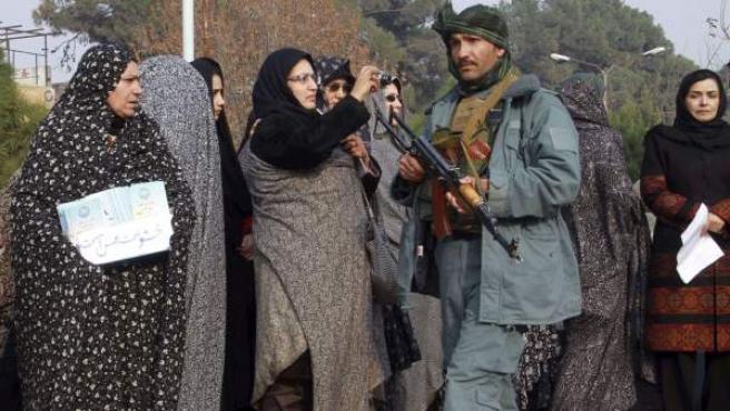 Mujeres afganas protestan en contra de la violencia machista en el país, en Herat, Afganistán.