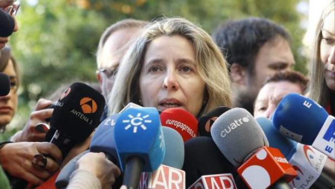 La madre de Marta del Castillo, Eva Casanueva, atiende a los medios de comunicación, en la puerta de la Audiencia de Sevilla.