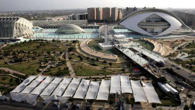 Vista general de la Ciudad de las Artes y las Ciencias de Valencia. Aunque el complejo tenía un presupuesto inicial de 308 millones de euros, el Gobierno de Francisco Camps terminó desembolsando 1281 millones de euros, lo que supone un gasto extra de casi 1.000 millones.