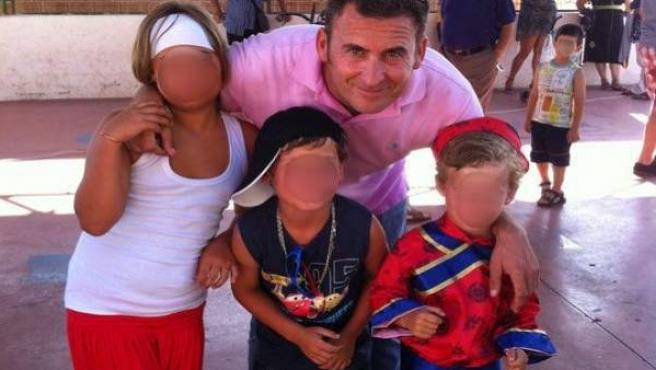Jorge Shaw, junto a tres de sus cuatro hijos en el colegio de Málaga donde estudiaban.